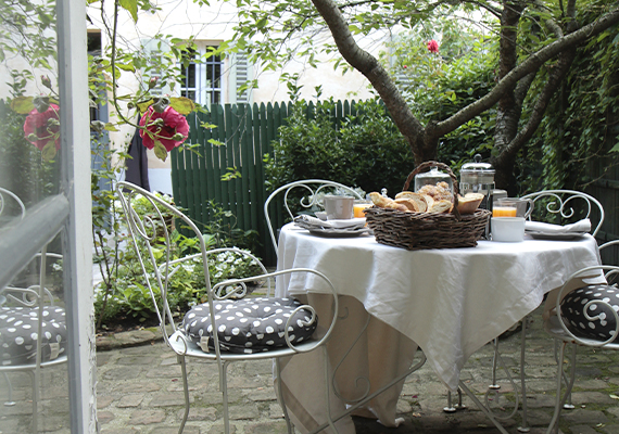A peaceful and green setting to relax, to enjoy breakfast, to take time simply.